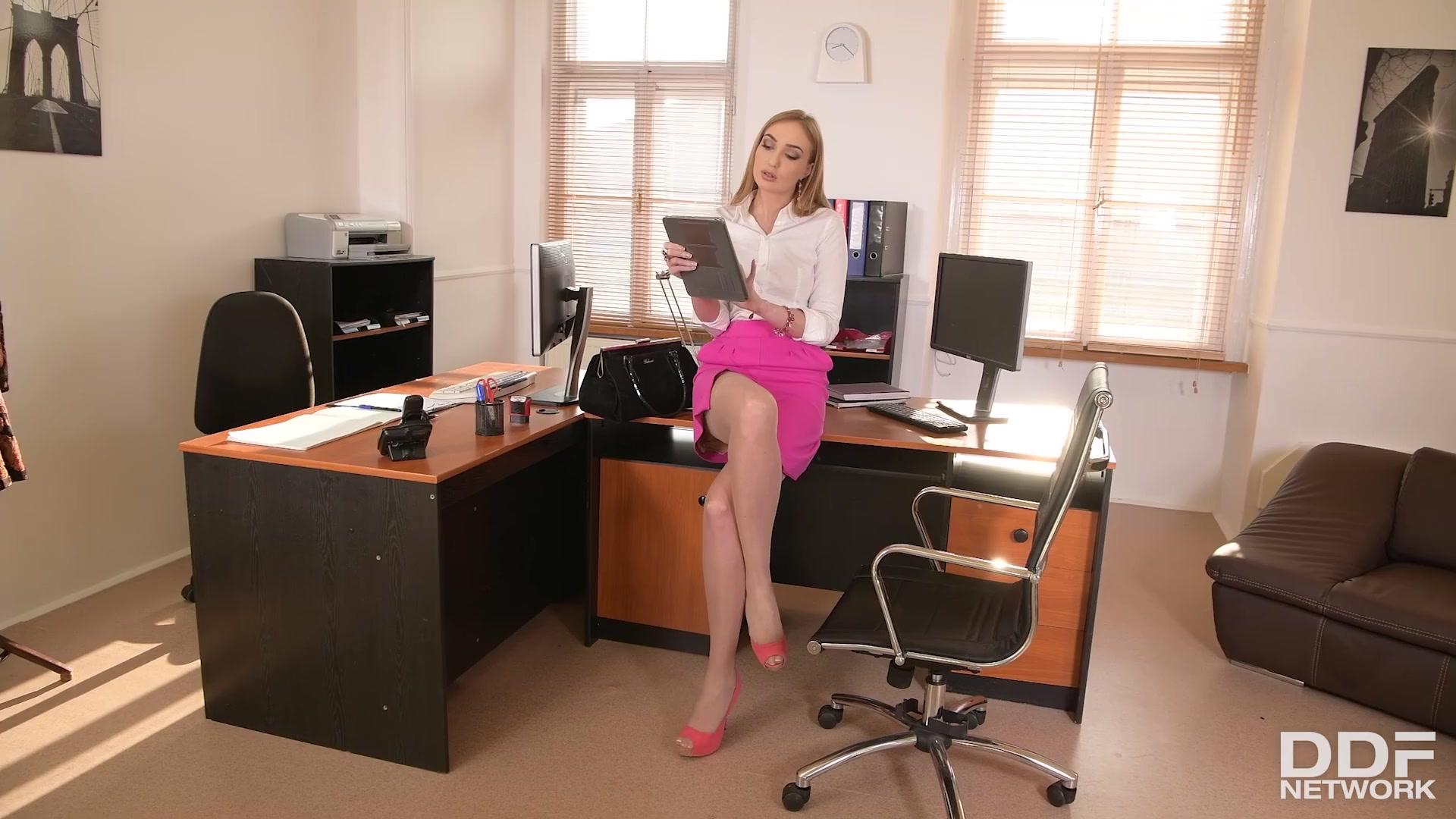 Уборщик и босс трахнули худую секретаршу