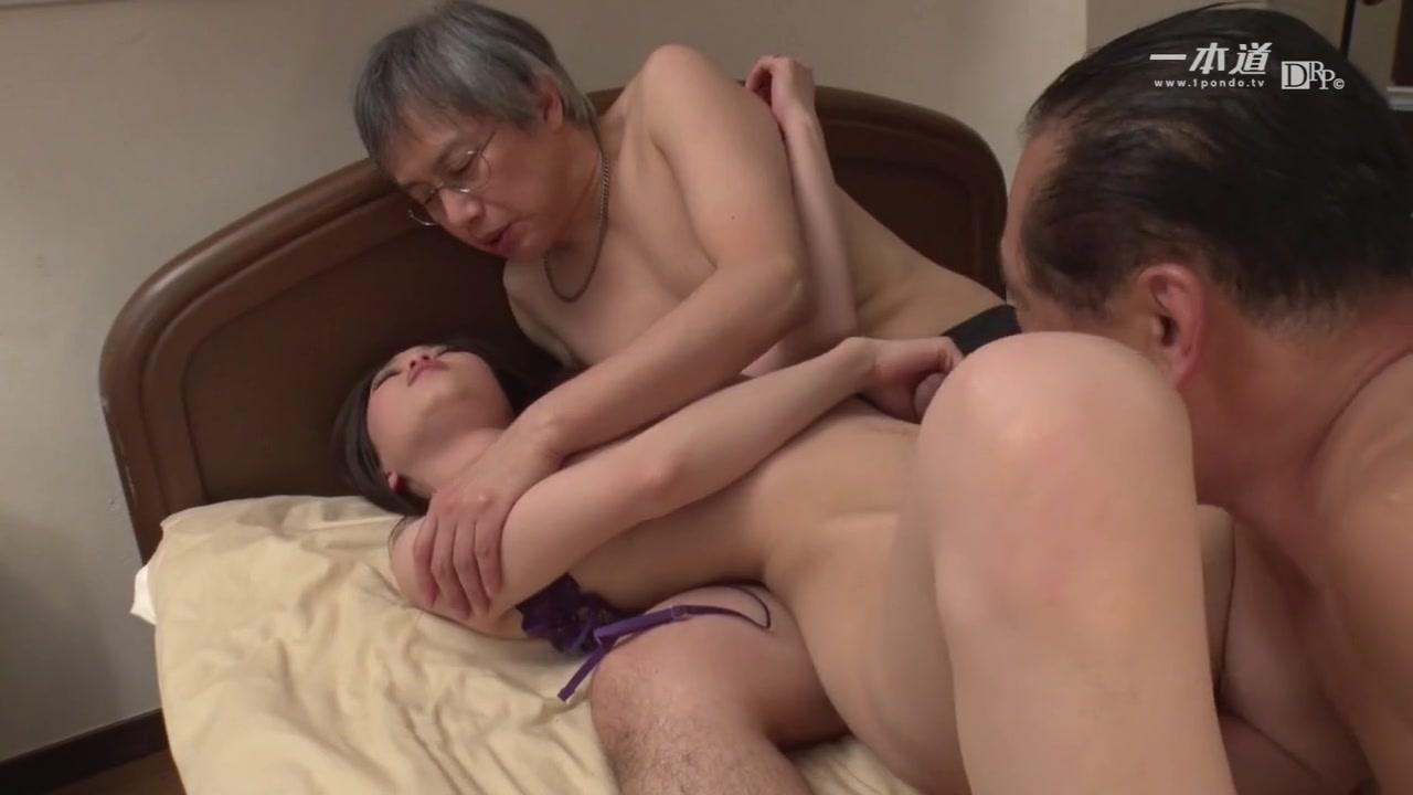 Молодую азиатку ебут старики
