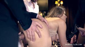 Элегантная француженка поебалась с тремя мужчинами - скриншот #16