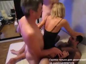 Русская блондинка ебется  с тремя мужиками - скриншот #2