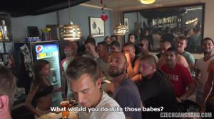 Толпа мужиков выебла двух шалав и обоссала напоследок - скриншот #2
