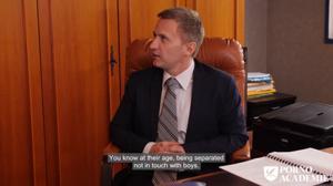 Шеф делится с партнером своей сисястой секретаршей - скриншот #1