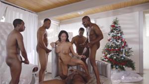 Подарком от Санта Клауса для девушки стал незабываемый гэнг бэнг с неграми - скриншот #6