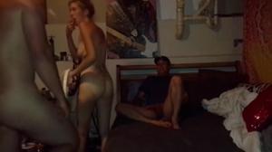 В гараже ебет жену соседа - скриншот #20