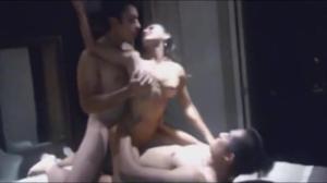 Красивая брюнетка с восторгом трахается с бойфрендом и  его другом - скриншот #9