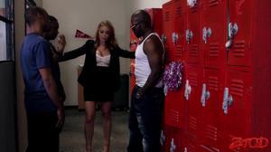 Негры вафлят в раздевалке учительницу физкультуры - скриншот #1