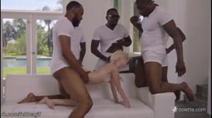 Пятеро негров прикормили спермой тощую блондинку - скриншот #10