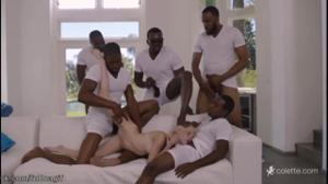 Пятеро негров прикормили спермой тощую блондинку - скриншот #13