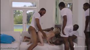 Пятеро негров прикормили спермой тощую блондинку - скриншот #9