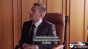 Переспала с врачом и его темнокожим ассистентом - скриншот #1