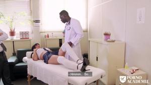 Переспала с врачом и его темнокожим ассистентом - скриншот #3