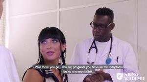 Переспала с врачом и его темнокожим ассистентом - скриншот #4