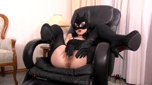 Мисс в костюме кошки радует сексом двух парней - скриншот #2