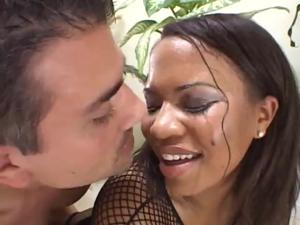 Сочную негритянку шпилят в два ствола - скриншот #9