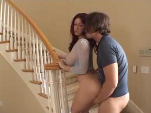 Молодой сосед доводит замужнюю зрелку до оргазма и кормит спермой - скриншот #5