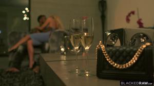 Русская модель провела ночь с двумя неграми - скриншот #1