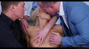 Четверо пердолят элегантную блонду - скриншот #1