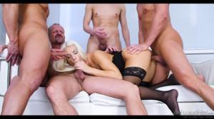 Четверо пердолят элегантную блонду - скриншот #11
