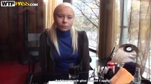 Пердолят русскую блонду втроем - скриншот #1