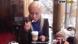 Пердолят русскую блонду втроем - скриншот #2