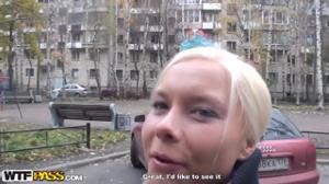 Пердолят русскую блонду втроем - скриншот #3