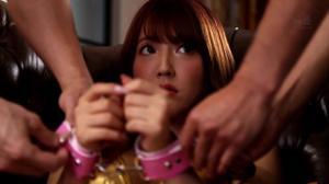 Красивая японка ходит по рукам - скриншот #12