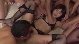 Веселая японка обслуживает толпу мужчин - скриншот #12