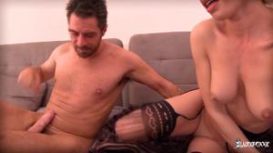 Зрелая француженка согласилась на секс с двумя - скриншот #16
