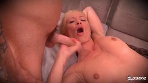 Зрелая француженка согласилась на секс с двумя - скриншот #20