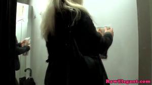 Блондинку трахнули в сексшопе - скриншот #2