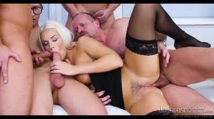 Грудастую блондинку ебут во все щели - скриншот #13