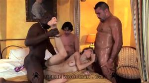 Трое ебут непревзойденную русскоговорящую порно модель - скриншот #10