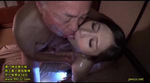 Замужняя японка ебется со стариками - скриншот #14
