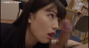 Молодую японскую училку ебут всем универом - скриншот #9