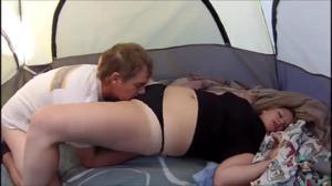 Девка дала двоим парням в палатке - скриншот #9