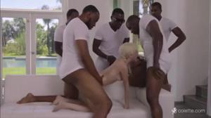 Негры толпой ебут миниатюрную блондинку и заливают ее мордашку спермой - скриншот #10