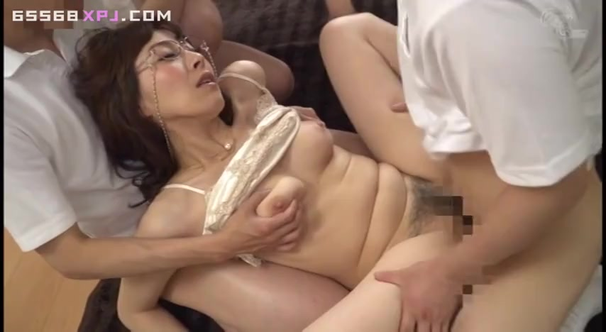 Японская шлюшка пускается во все тяжкие, проше говоря по кругу