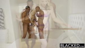 Блонду шпилят два негра - скриншот #4