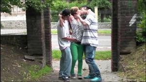 Молодая трахается с двумя парнями посреди улицы - скриншот #2