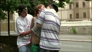 Молодая трахается с двумя парнями посреди улицы - скриншот #3