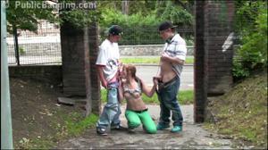 Молодая трахается с двумя парнями посреди улицы - скриншот #7