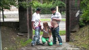 Молодая трахается с двумя парнями посреди улицы - скриншот #8