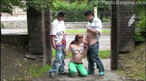 Молодая трахается с двумя парнями посреди улицы - скриншот #9