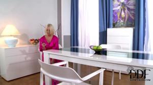 Элитная блондинка сосет у двух сантехников - скриншот #1