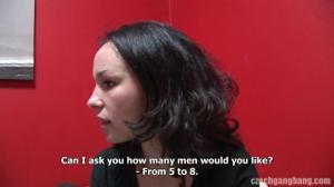 Женщину директора банка ебут толпой - скриншот #2