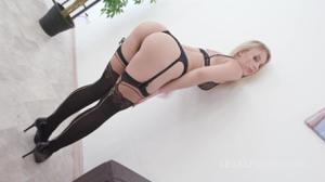 Блондинка Кира на деле показывает как ей нравится секс - скриншот #1
