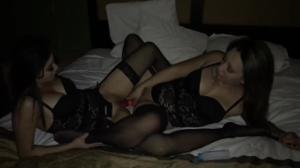 Бисексуальные красавицы иногда отвлекаются на член - скриншот #2