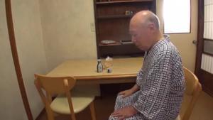 Сисястая японка ебется со стариками - скриншот #5