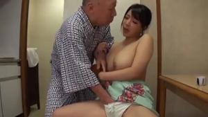 Сисястая японка ебется со стариками - скриншот #7