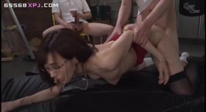 Японская шлюшка пускается во все тяжкие, проше говоря по кругу - скриншот #15